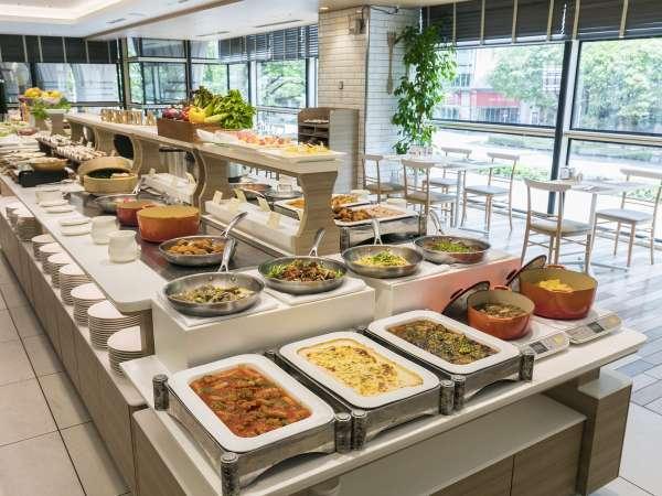 【カフェレストラン セリーナ】街の表情を楽しみながら、多彩なメニューを味わうひととき。