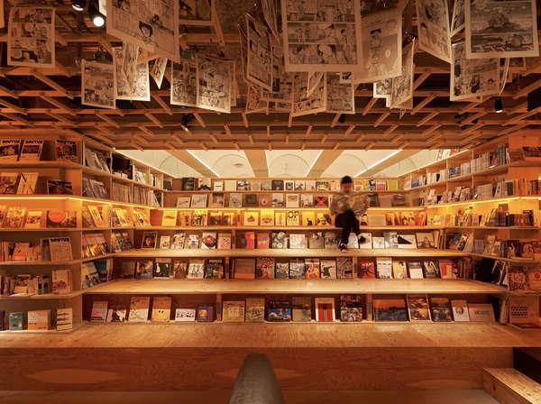 新宿店シンボルである、階段型の本棚ベンチ