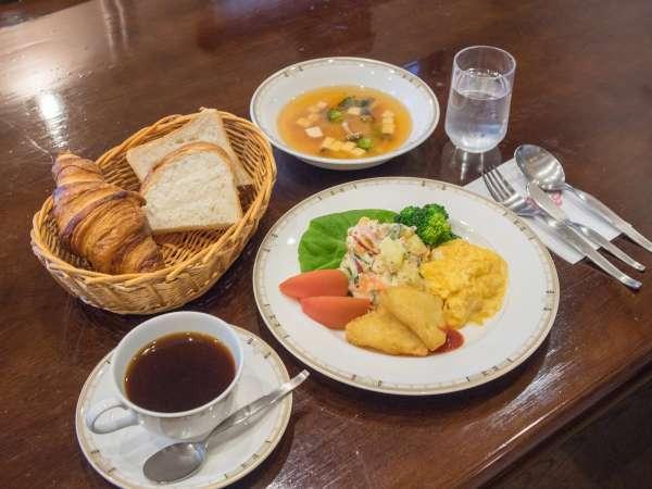 *朝食一例/焼きたてパンや卵、サラダ、スープなど栄養たっぷりのあたたかい朝食