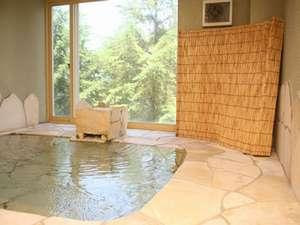 姫城の湯はイタリア産のオレンジ石を敷いたお風呂