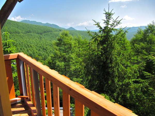 テラスからの眺望。遠く浅間山から正面の蓼科山まで。