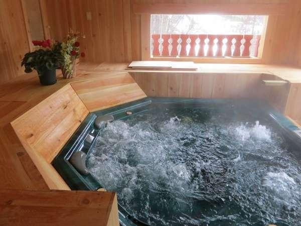 露天「アルペンの湯」新設オープンした木曽さわら造りの、木の香溢れるお風呂です。