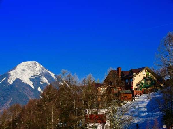 冬の山岳ホテルから蓼科山を望む