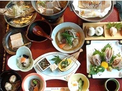 基本の御膳。山川の幸を中心とした旬の味覚をお楽しみください。