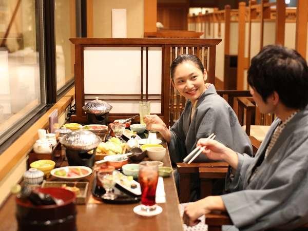 おいしいね♪思わず笑顔になる夕食は和食会席。天ぷら・おばんざいはおかわりOK!