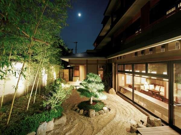 幻想的にライトアップされた中庭では、平安貴族も愛した嵐山の夜空を眺めるひとときを。