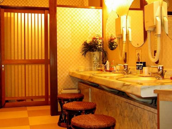 大浴場 畳敷きの男湯更衣室。簡単な化粧品のご用意がございます。