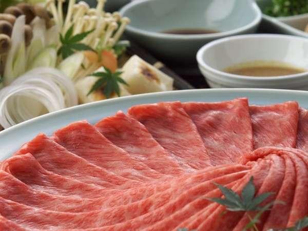 近江牛や黒毛和牛を使ったすき焼きが人気!すき焼きのプランはしゃぶしゃぶにも変更可。(一例)