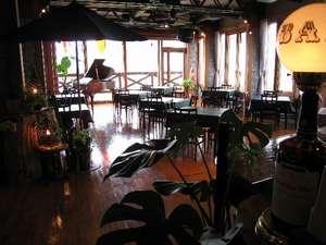 大きなガラス面から大自然を望む、展望レストラン