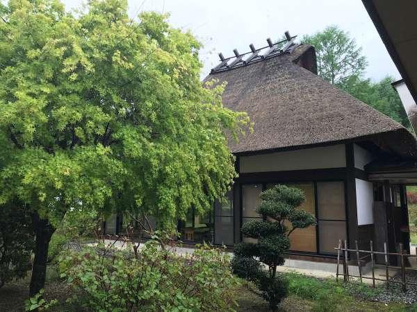 本館以外にも敷地内には茅葺き屋根が点在