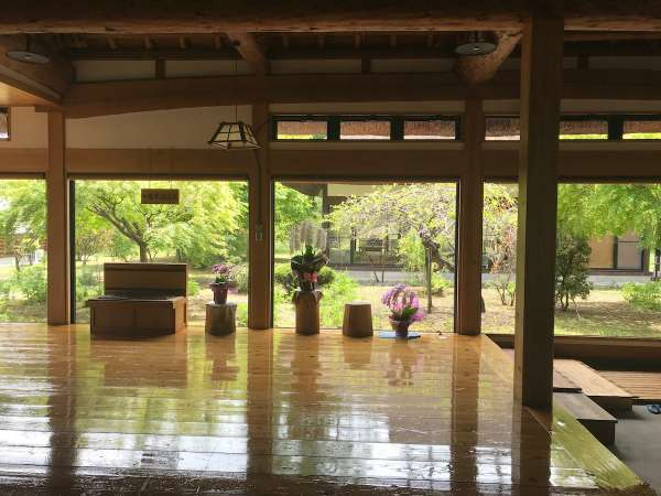 茅葺き屋根の本館から眺める中庭
