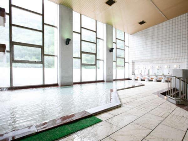 【1階マルモ大浴場】大理石をふんだんに用いて内風呂ながら開放感をたっぷり味わえる浴場です。