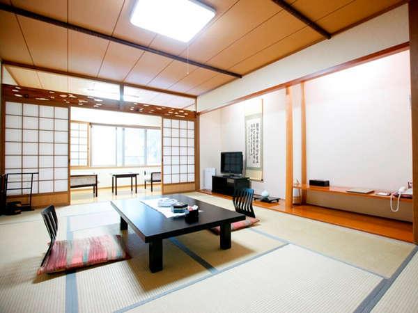 【和室12畳間】全室に空気清浄機をご用意しております。足を伸ばしてごゆっくりお寛ぎ下さいませ