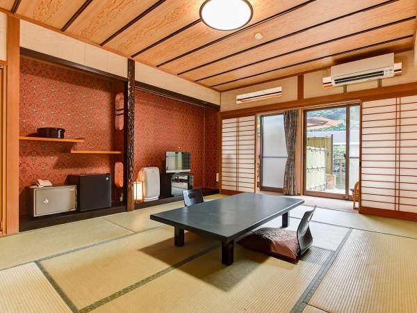 *【和室10畳(露天付客室/1階)】10畳と広めのお部屋。そばに露天風呂が併設しています。