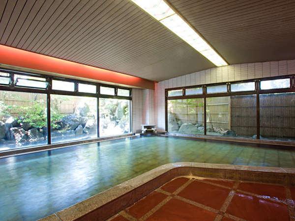 大浴場「紅柄」:窓の外に配された緑と落ち着いた雰囲気に癒されます。
