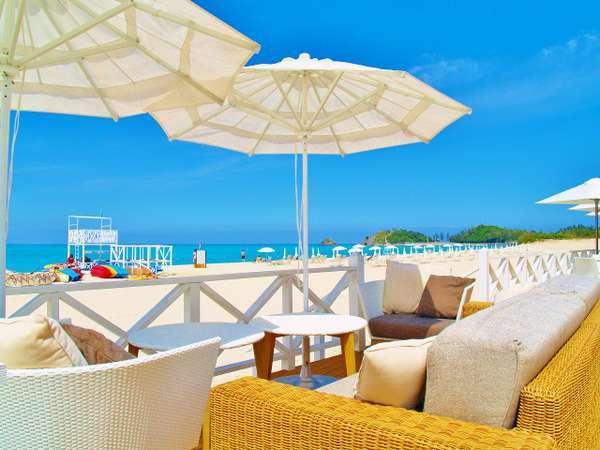 ビーチカフェ オアシス/リゾート気分を味わうなら、潮風が心地いいテラス席へ。