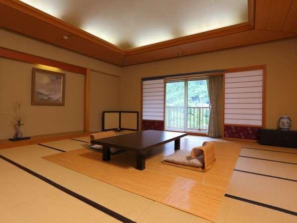 当館最大の20畳和室にソファ付きの次の間がある贅沢広々のお部屋。ファミリーにもオススメ♪