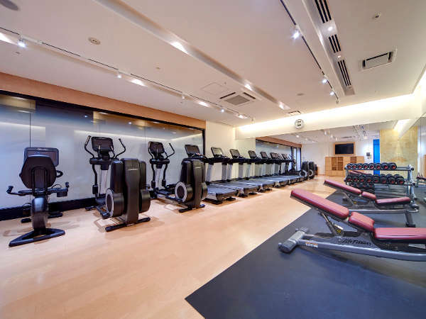 24時間利用可能なフィットネスルーム。トレッドミル等、最新のトレーニング機器やダンベルをご用意。