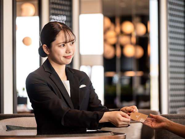 クラブラウンジでは専用カウンターでのチェックイン・アウトをはじめ、お客様のご滞在をサポートいたします