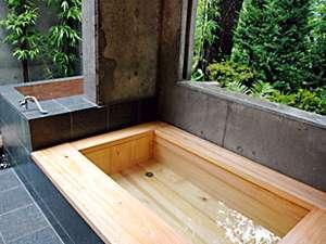 贅沢な内湯つきヒノキ露天で爽やかにリフレッシュ森林浴も楽しめます