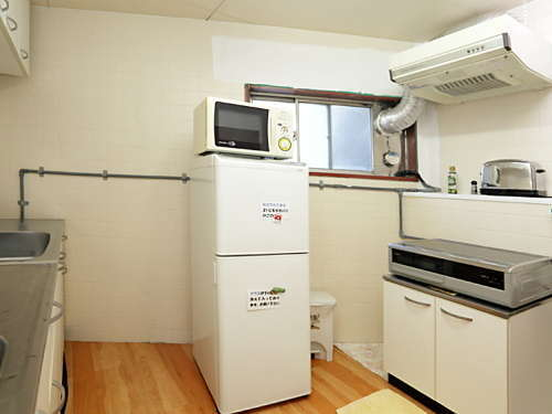キッチンには電子レンジやIHコンロ、トースターがあり、浄水器や氷のご用意もあります。