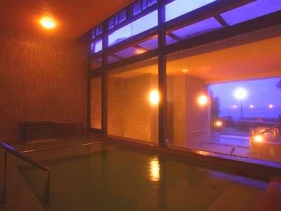 夕刻の大浴場。海に向かって、ジェットバスと露天風呂を配した絶景の大浴場