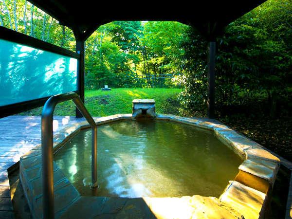 気持ちのいい光が降り注ぎ源泉かけ流しの湯音を聴きながら自然と調和し流れていく特別な時間。