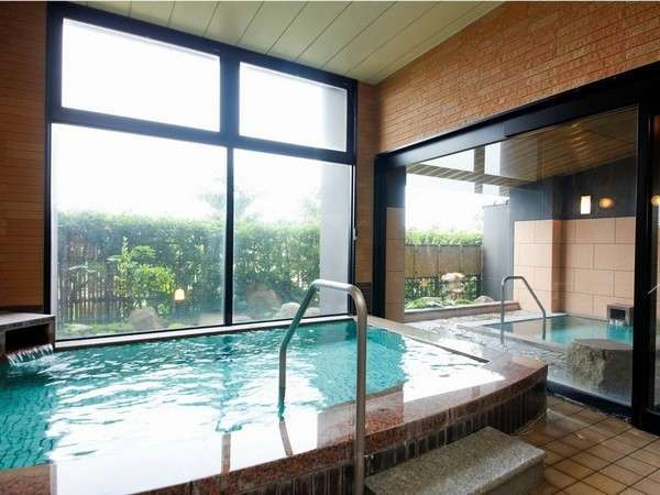 内湯と半露天風呂を備えた大浴場!目の前の日本海も望める/例