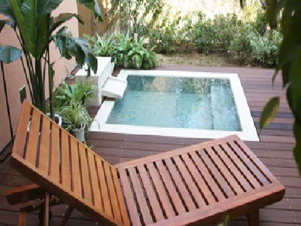 *全室露天風呂付き。ウッドデッキとチェアで癒しのひととき