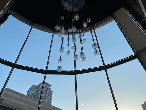 【ロビーカフェ】大きな窓からの自然光で時間帯により表情が変わりとても良い雰囲気です。
