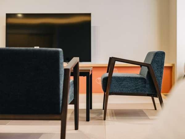 客室はテーブルと椅子にもこだわりました。