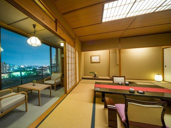 窓の夜景を眺めながら、ゆったり過ごせる標準客室12.5畳