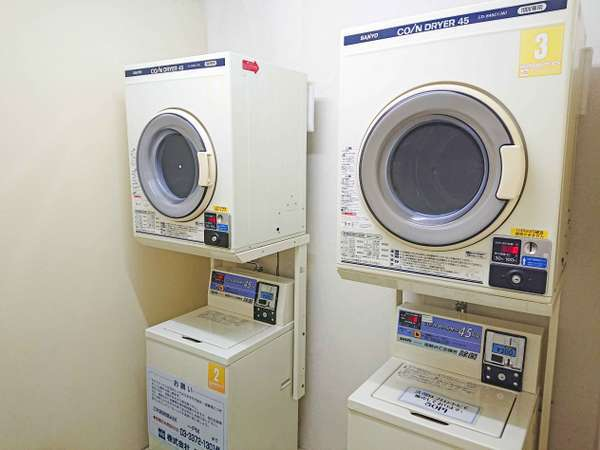 1階「ランドリールーム」。洗濯機と乾燥機を2機ずつ完備。24時間営業。