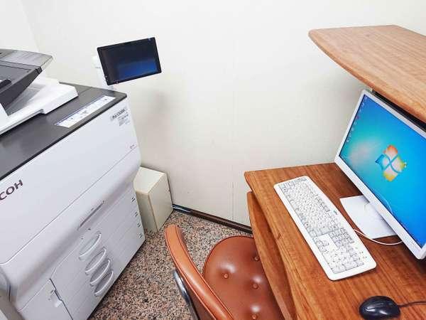 1階「ビジネスコーナー」。Microsoft Officeツール内蔵パソコンと有料のコピー機を完備。