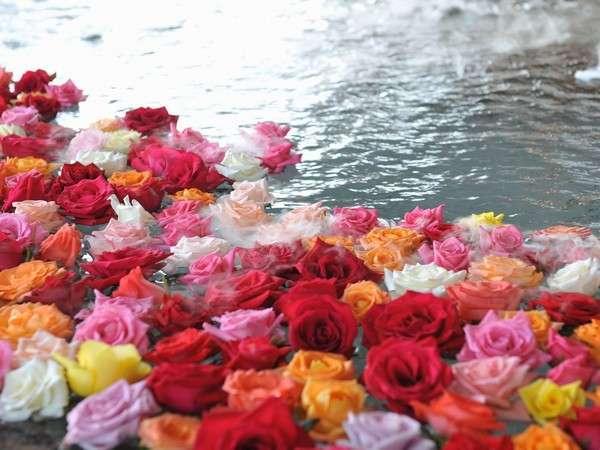 ☆湖上露天風呂☆【夕陽】平日の湖上露天風呂はバラ風呂で優雅な気分に♪(13時~23時女性限定)※現在休止中