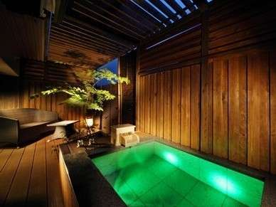 ■露天風呂付客室 翠(すい)■川側客室は御影石の露天風呂。