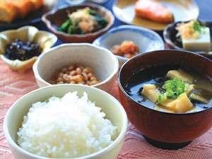 ◆バイキング朝食:早朝よりスタッフが心のこめた料理をつくっています♪