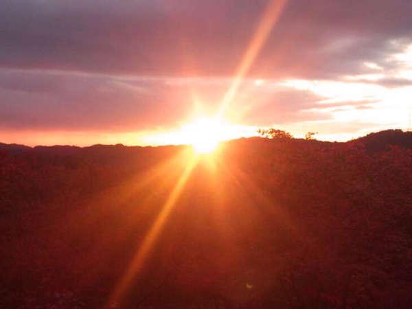 ■当館からの夕日■ 山頂付近にある当館からは、大阪方面の山の頂に沈んでいく夕日を見ることができます。