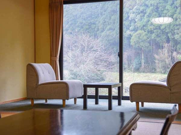 *【部屋(半露天付和室)12】窓の外にはのどかな眺めが広がっています。