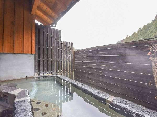 *【風呂(露天・男湯)2】露天風呂は横に長い浴槽。腰かけてのんびりと湯浴みを愉しめます。