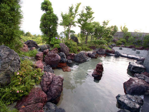 ■【露天風呂】自然に囲まれた露天風呂で癒しのひとときを。