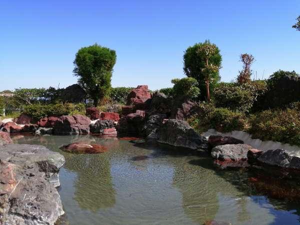 【露天風呂】高原の清々しい空気につつまれた岩造りの露天風呂で美肌の湯を満喫