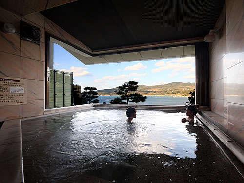 朝凪の棟にある展望露窓風呂。目下はすぐ海の開放感ある温泉です。