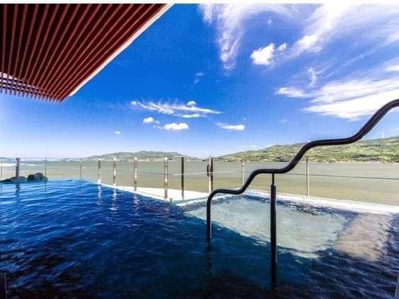【インフィニティー展望露天風呂】視界に広がる<空と海と温泉との境界線が重なりあう>のはまさに絶景!