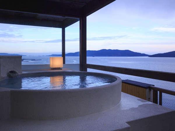 【露天風呂付き和洋室】夜明けの風景。幻想的なグラデーションをお風呂に浸かって眺める至福の時。