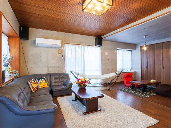 広いリビングには大型のTV、ソファを完備。三世代家族やグループ全員での談笑も可能な広々スペース。