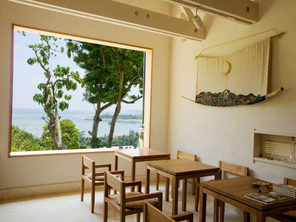 お洒落なカフェのようなダイニングルームです。漆喰の壁に琉球石灰岩の床とすべて白で統一されております。