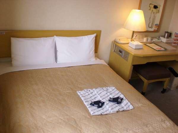 [ダブルルーム]ベッドは142cmサイズ、お部屋も広々ゆったり、お子様(幼児)の添い寝も十分!