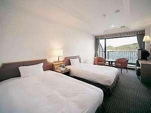 【海側ツイン】お部屋から海の見える当ホテル一番人気の客室です。(25平米・バス・トイレ別々)
