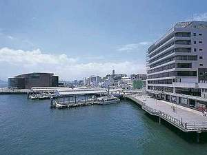 隣接する建物(カモンワーフ)から当ホテルを見たロケーション(右手建物が当ホテル・左手奥が海響館)